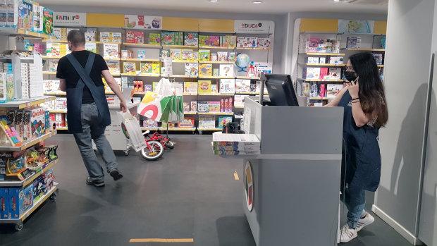 Même si le magasin ne reçoit pas de public, les équipes préparent les commandes de click & collect. - © CC / Républik Retail