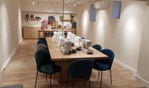 L'atelier peut accueillir jusqu'à 8 personnes (4 en ce moment)