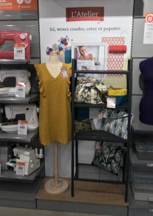 Le magasin sert de lieu d'échanges pour les clients fans de couture.