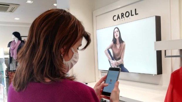 Caroll est en train d'équiper ses vendeurs de smartphone pour digitaliser la relation avec le siège. - © Caroll