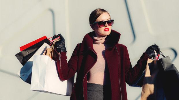 Les 18/34 ans consacrent chaque mois 116€ aux achats mode, soit 66% de plus que les plus de 35 ans. - © D.R.