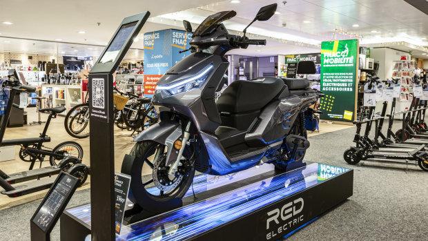 Le scooter Red Electric est vendu depuis janvier chez Fnac et Darty. - © Sarah Bastin