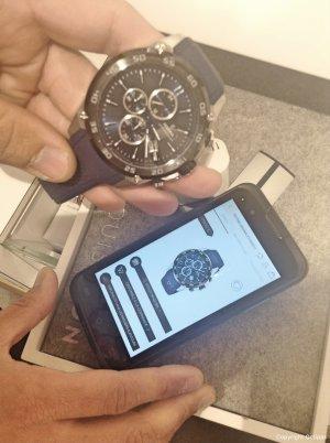 Les vendeurs Louis Pion disposent d'un smartphone pour accéder aux données produits, commander des articles non-stockés, ou encore réaliser des inventaires.
