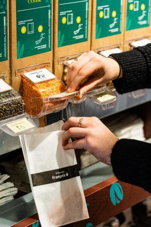 Les clients utilisent des sacs fournis ou leurs propres contenants.