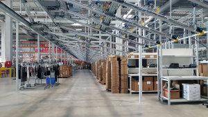 Les produits sont acheminés sur cintre via un convoyeur et ils seront répartis selon les commandes qu'elles soient retail, wholesale ou e-commerce. - © CC / Républik Retail