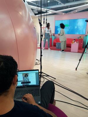 Bayrem Foudhaili suit en direct les connexions au show et les effets sur le site Printemps.com. - © CC / Républik Retail