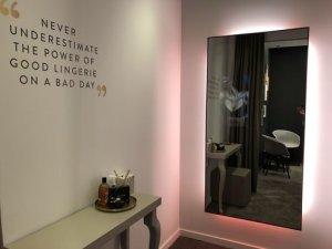 Lincherie scanne en cabine le buste de ses clientes pour avoir les bonnes mensurations. - © Echangeur