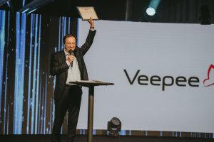 Michel-Edouard Leclerc remettant un prix à Veepee. © Républik Retail