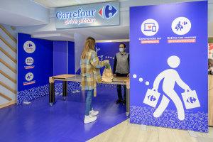 Les clients retirent leur commande passée sur le site Carrefour.