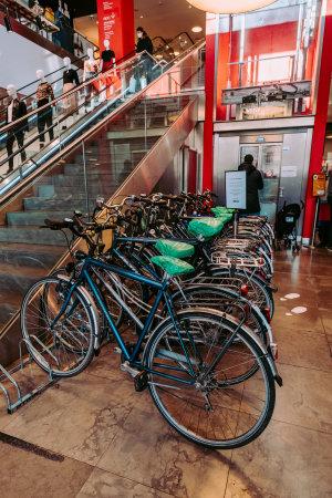 La Station propose des vélos reconditionnés via RecoVélo, une société que répare des anciens cycles en faisant travailler des personnes handicapés.