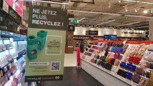 Des stop-rayons communiquent sur le recyclage des produits.